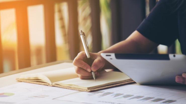 Femme d'affaires signant un document