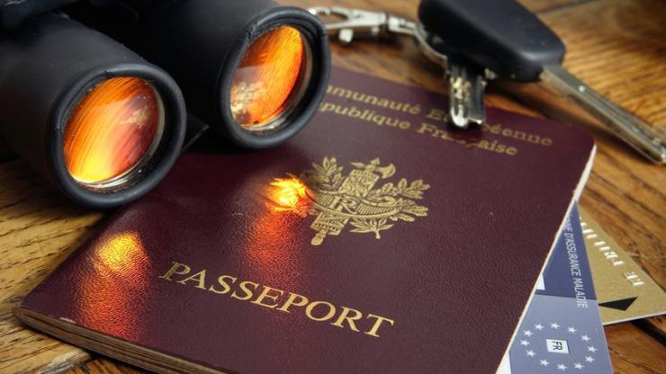 Un passeport et une carte bancaire