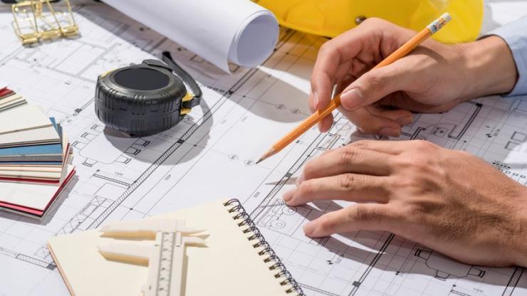 Architecte travaillant sur les plans d'un projet de construction