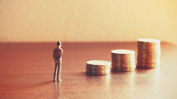 Personne miniature regardant le futur de son épargne