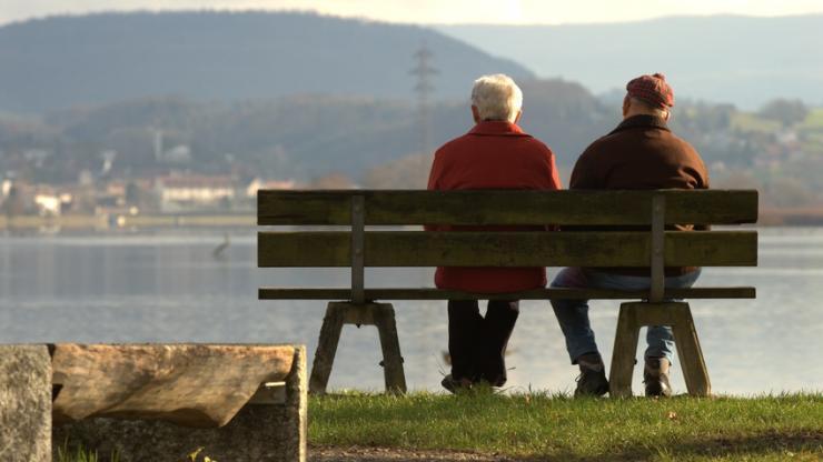 Personnes âgées au bord de l'eau