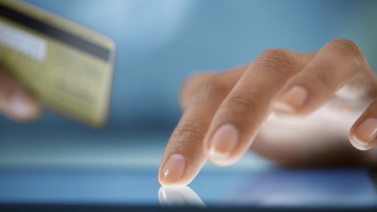 Gros plan sur les mains d'une femme achetant en ligne sur une tablette