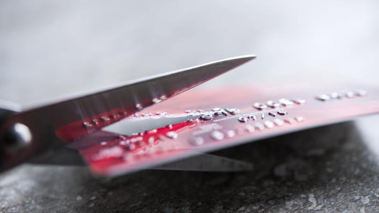 Une carte bancaire coupée