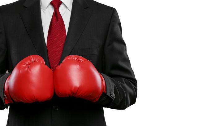 Homme en costume avec des gants de boxe