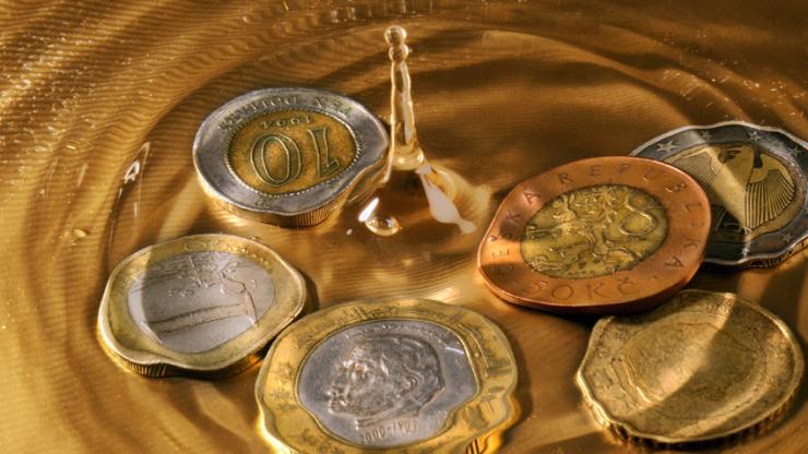 Des pièces et de l'eau