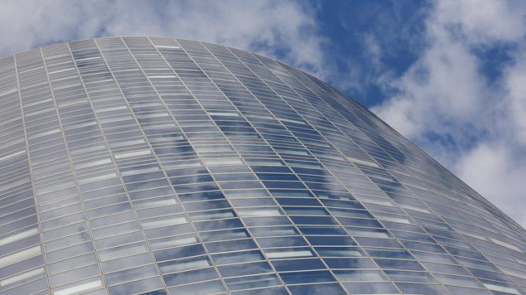 Un immeuble et du ciel