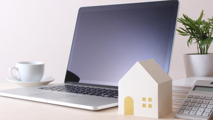Un ordinateur et une maison