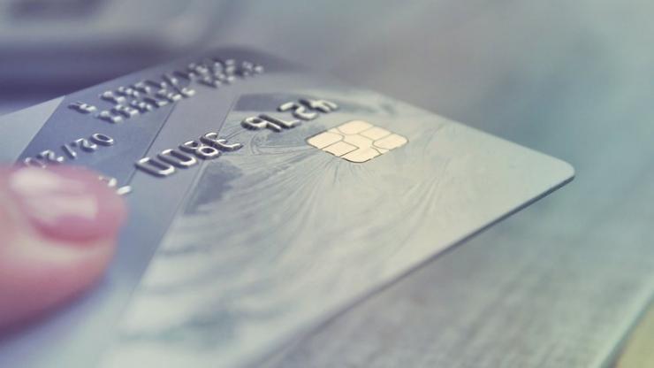 Femme tendant une carte bancaire