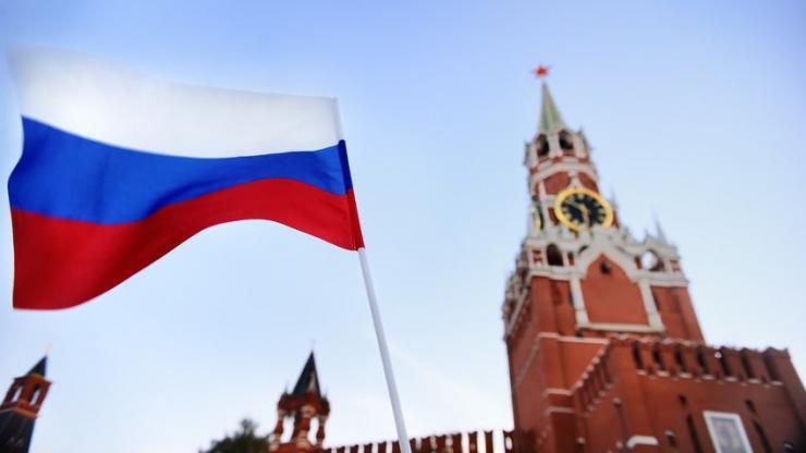 Drapeau russe flottant devant la tour Spasskaïa à Moscou