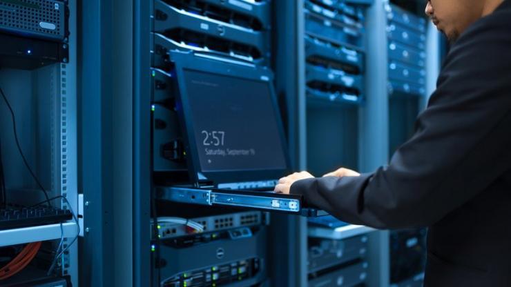 Homme intervenant sur des serveurs informatiques