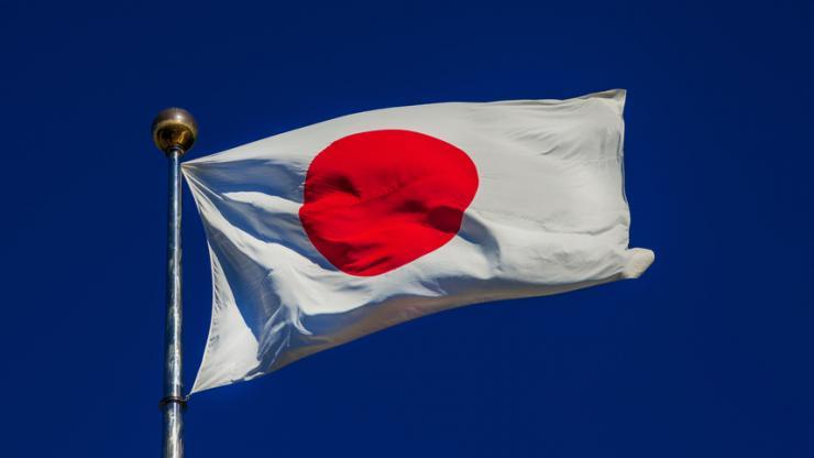 Drapeau du Japon sur fond de ciel bleu