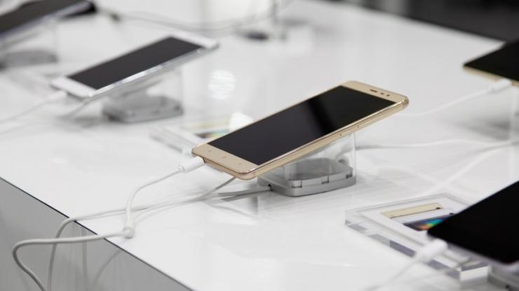 Téléphones avec système antivol dans une boutique