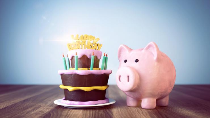 Tirelire et gâteau d'anniversaire