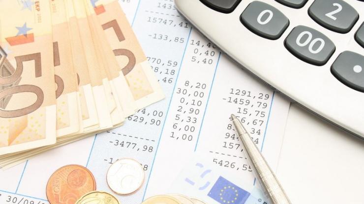 Un bulletin de paie et des pièces