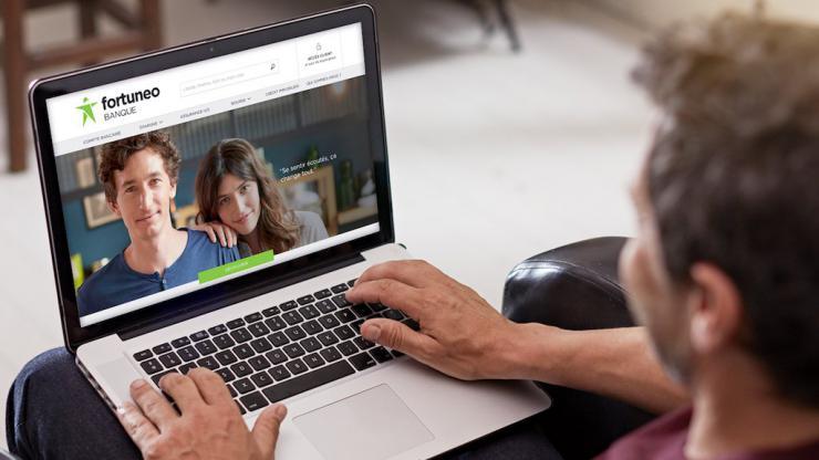 Un homme consulte le site web de Fortuneo
