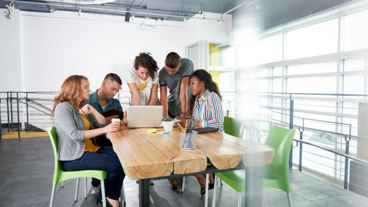 Groupe de personnes au travail devant un ordinateur