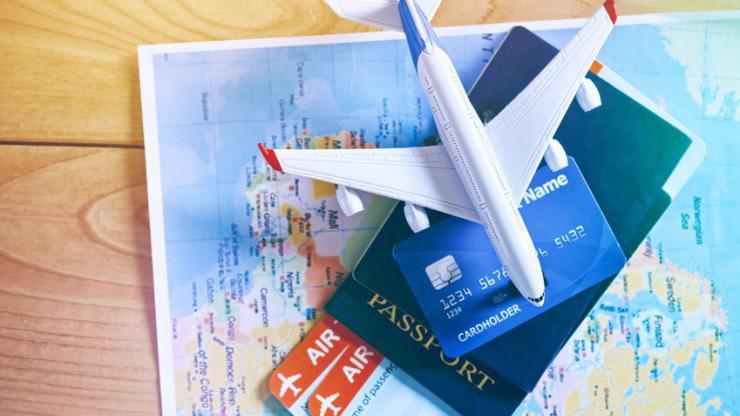 Billets d'avion, passeport et carte bancaire