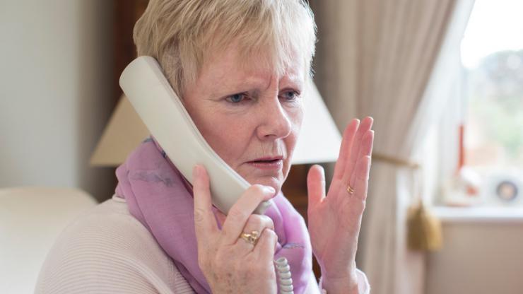 Une personne âgée au téléphone