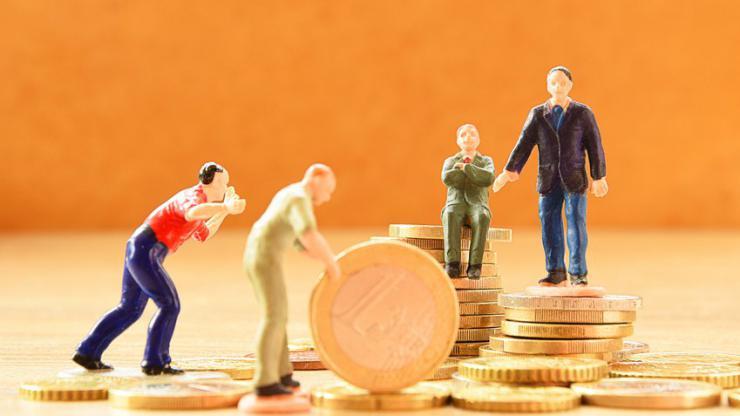 Figurines de travailleurs sur des pièces de monnaie