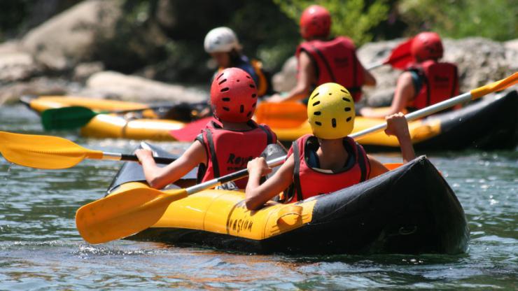 Des enfants faisant du kayak