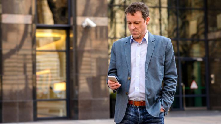 Quarantenaire utilisant un smartphone