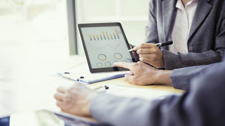 Personnes analysant un graphique sur tablette