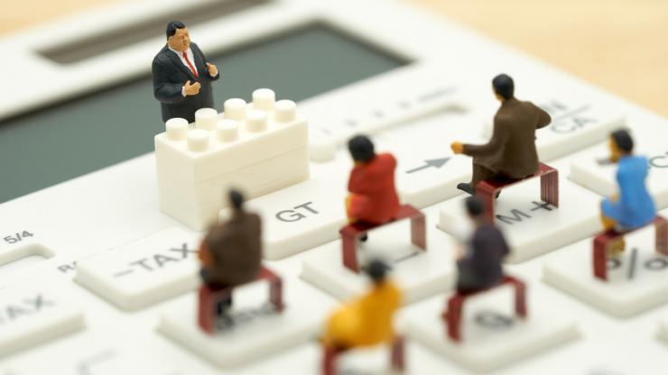 Des figurines sur une calculatrice