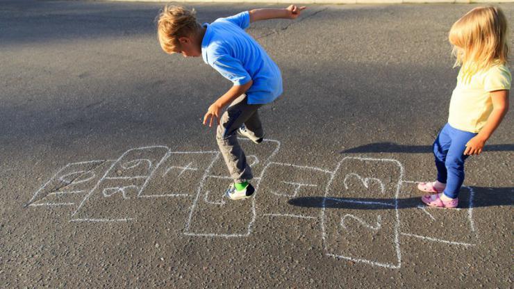 Enfants jouant à la marelle dans une cour d'école