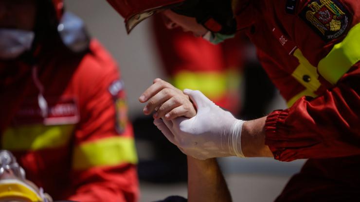 Pompiers secourant un blessé