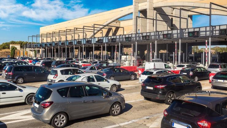 Files de voitures devant un péage autoroutier