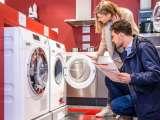 Couple choisissant un lave-linge