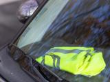 Gilet jaune sur le tableau de bord d'une voiture
