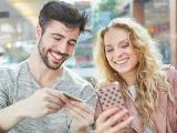 Couple qui achète en ligne