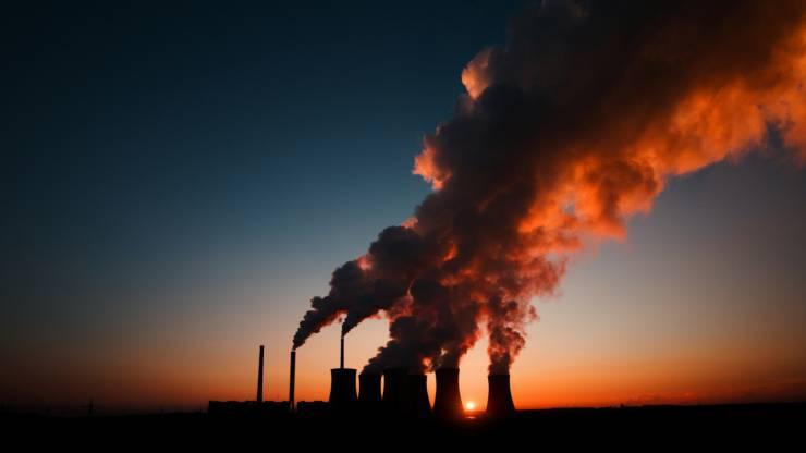 Centrale à charbon au coucher du soleil, Pocerady en République tchèque