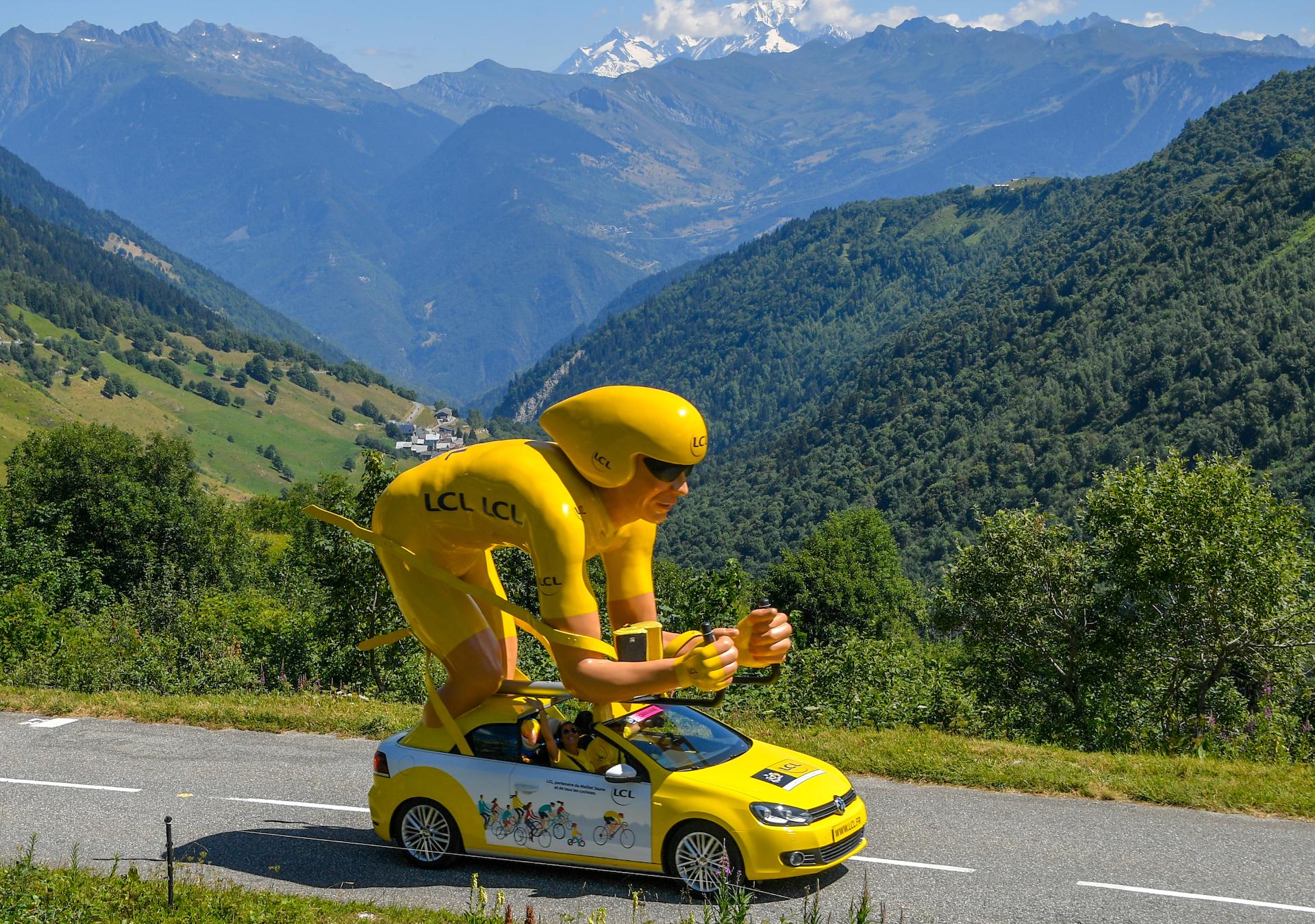 Véhicule LCL dans la caravane du Tour de France