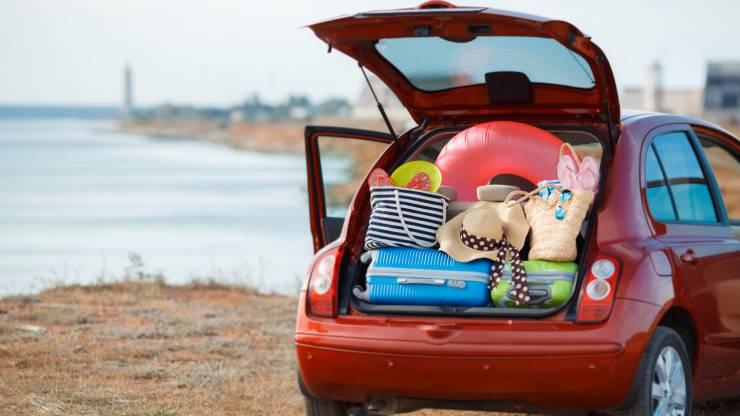 Valises et sacs dans le coffre d'une voiture