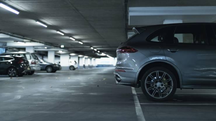 SUV garé dans un parking souterrain