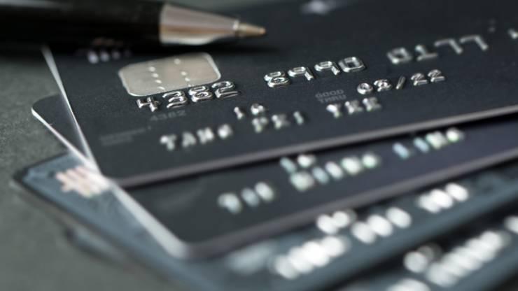 Pile de cartes bancaires noires
