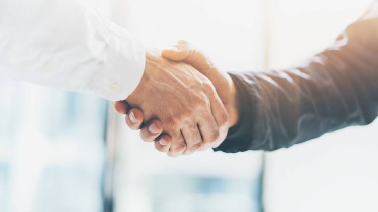 Une poignée de mains entre partenaires