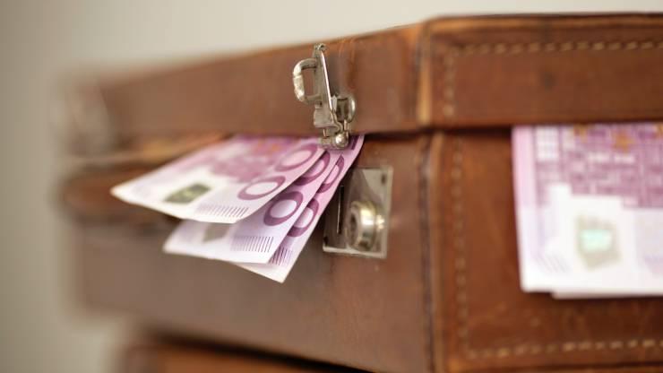 Une valise de billets