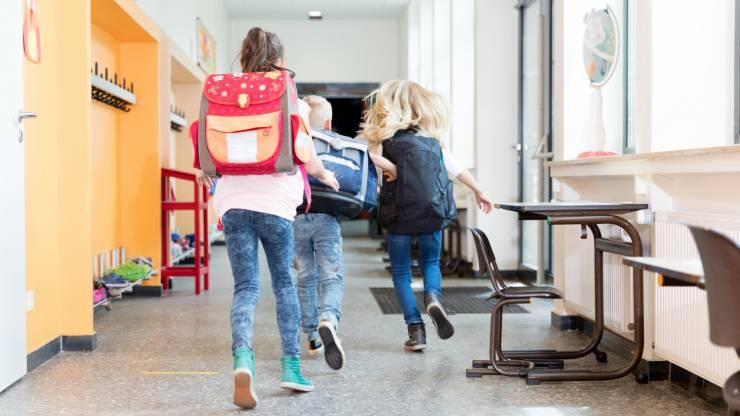 Enfants courant dans le couloir d'une école