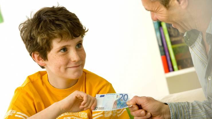 Un père donne un billet de 20 euros à son fils