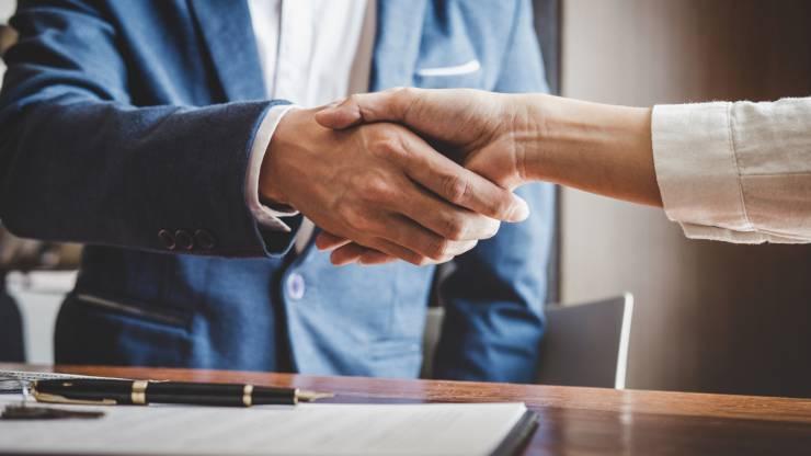 un emprunteur et un courtier immobilier tombent d'accord pour le prêt