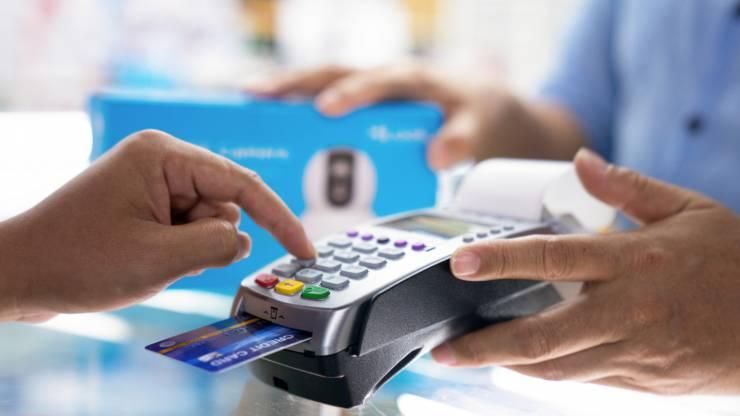 Consommateur tapant son code de carte bancaire