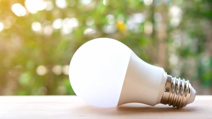 Ampoule LED sur une table dans un jardin