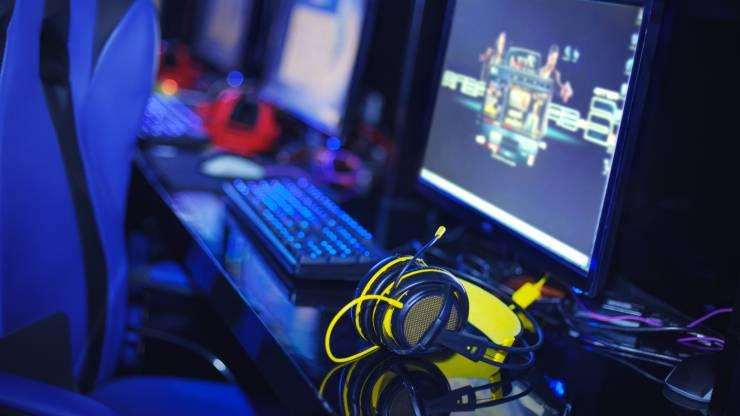 Casque audio posé devant un ordinateur