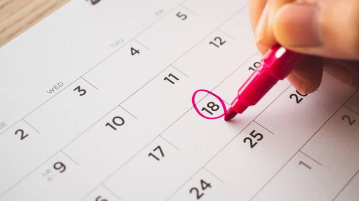personne qui entoure une date dans un calendrier