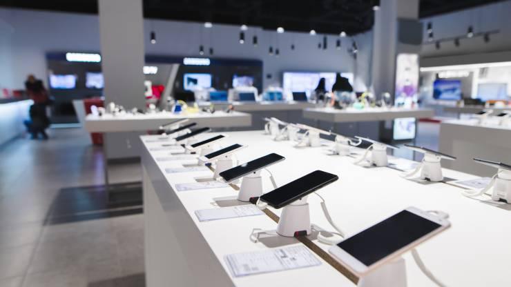 Présentoir de téléphones mobiles dans un magasin