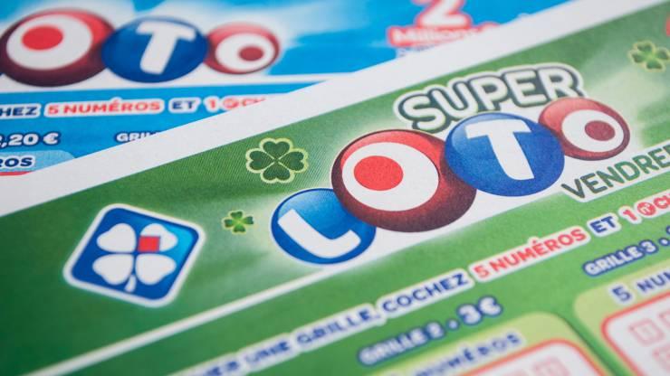 Gros plan d'un bulletin Super Loto de la Française des jeux