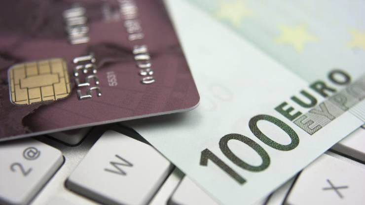 carte bancaire et billet de 100 euros